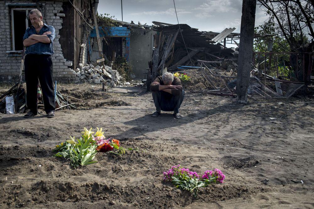 Ukrayna ordusunun Luganskaya kasabasına saldırısı sonucu hayatı kaybedenler için düzenlenen cenaze töreni.