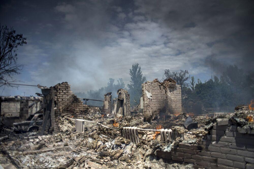 Ukrayna ordusunun Luganskaya kasabasına düzenlediği hava saldırısında yıkılan ev.