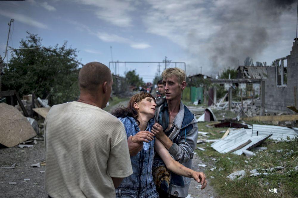 Ukrayna ordusunun hava saldırısına uğrayan Luganskaya kasabasının sakinleri.