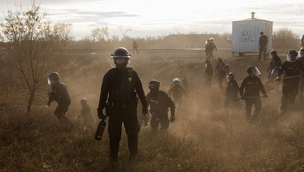 Polis geçen yıl Dakota Access Boru Hattı'na karşı çıkan eylemcileri biber gazı, plastik mermi ve elektroşok cihazları kullanarak dağıtmış ve toplu gözaltılar yapmıştı. - Sputnik Türkiye