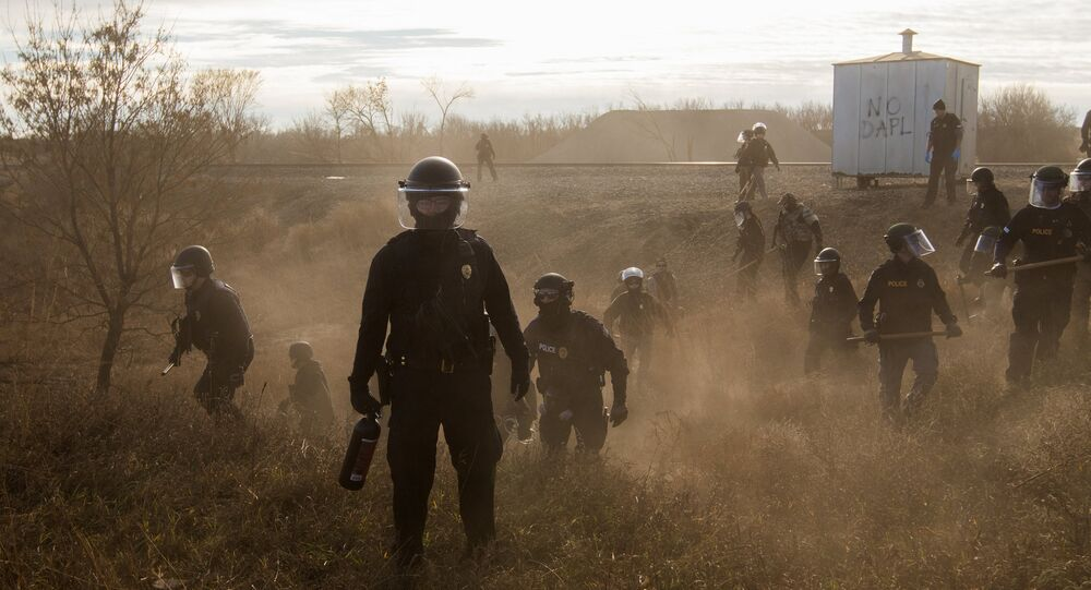 Polis geçen yıl Dakota Access Boru Hattı'na karşı çıkan eylemcileri biber gazı, plastik mermi ve elektroşok cihazları kullanarak dağıtmış ve toplu gözaltılar yapmıştı.