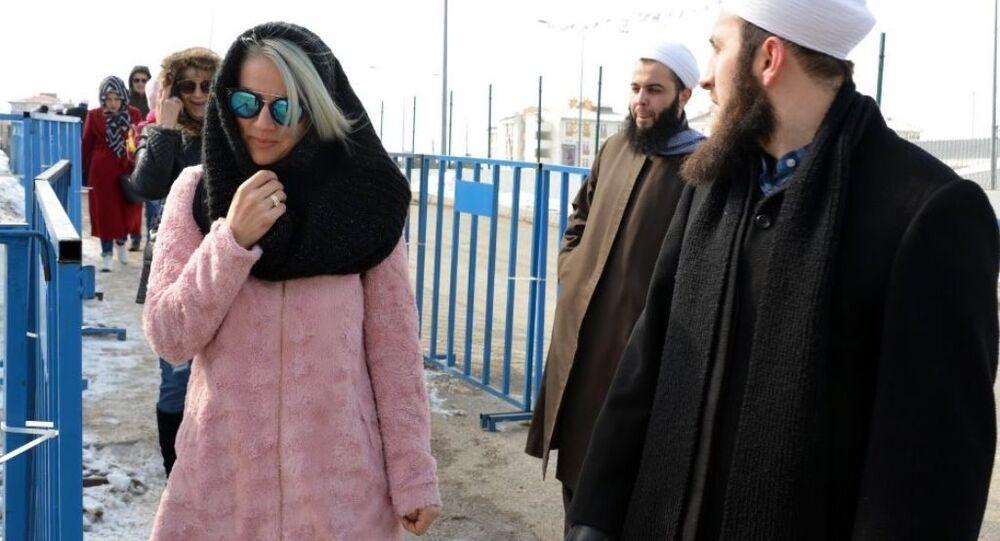İsmailağa Cemaati üyeleri kış festivalinde Kuran-ı Kerim dağıttı