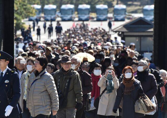 Tokyo'daki İmparatorluk Sarayı önünde ziyaretçiler