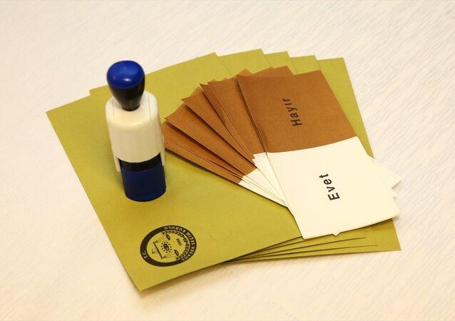 Yüksek Seçim Kurulu'nca (YSK) halk oylamasında kullanılmak üzere bastırılan oy pusulaları ve şeffaf sandıkların görüntüleri dün basınla paylaşıldı.