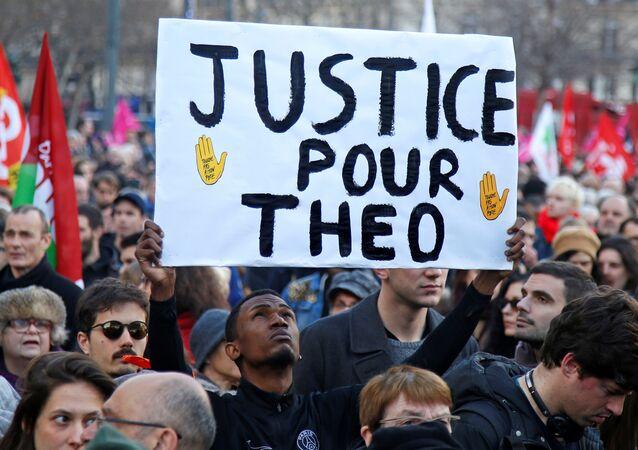 Göstericiler 'Theo için adalet' dövizi taşıdı