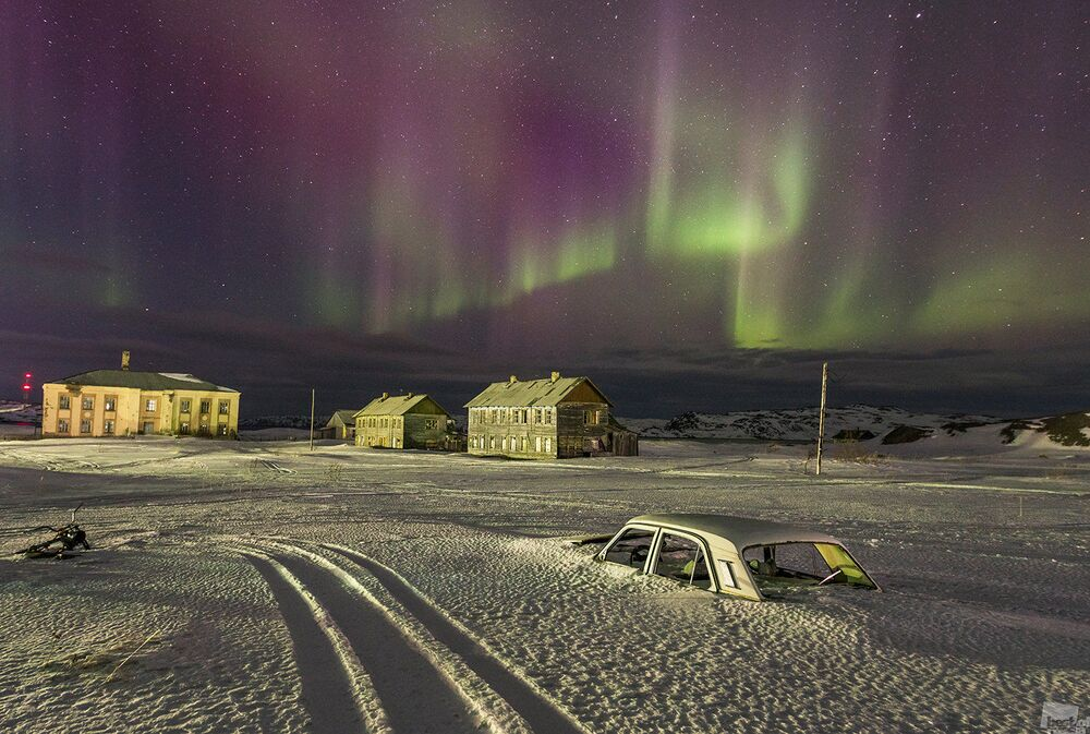 Eski bir sahil köyü olan Teriberka'da kutup ışığı.
