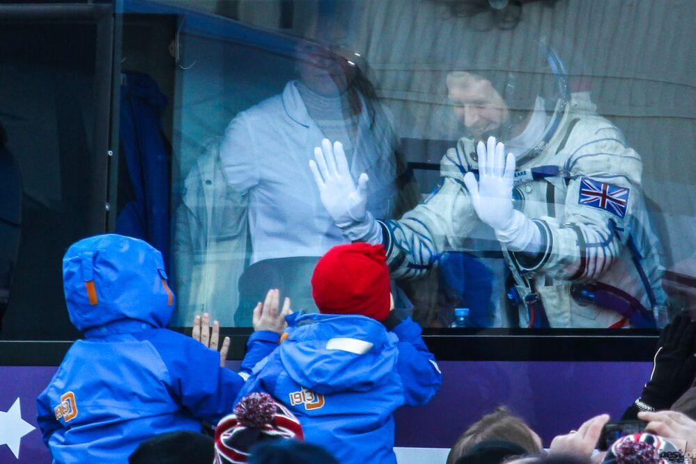 İngiliz astronot Timothy Peake, Baykonur Uzay Üssü'ne gitmeden önce ailesiyle vedalaşıyor.