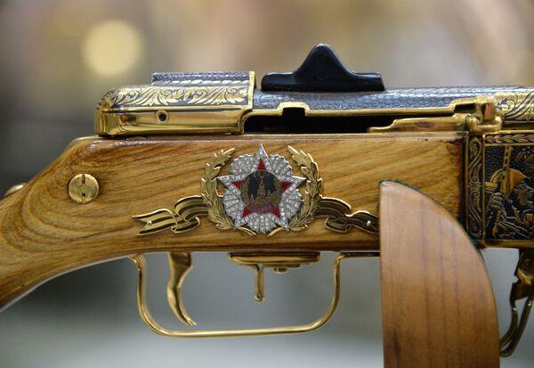 Zlatoust'taki silah fabrikasında üretilen hediyelik silah. - Sputnik Türkiye