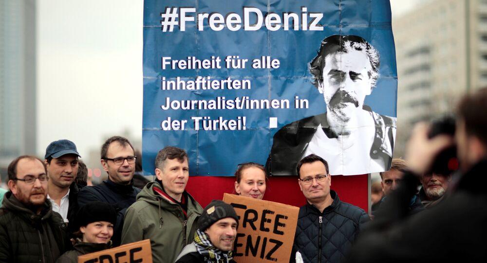 Die Welt muhabiri Deniz Yücel'in gözaltına alınması Berlin'de protesto edildi