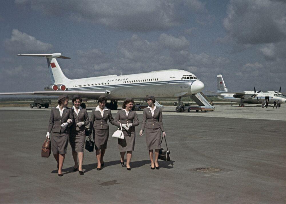 Moskova'daki Vnukova Havalimanı'ndaki Aeroflot Havayolları'na ait Il-62 uçağı önündeki hostesler (1963)