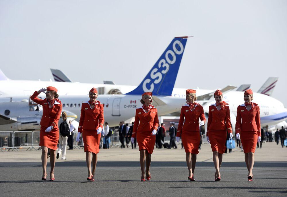 Aeroflot hostesleri, 16 Haziran 2015 tarihinde Uluslararası Paris Havacılık Fuarı'nda.