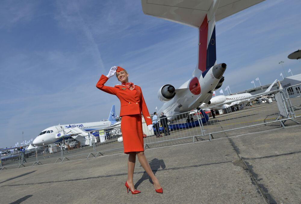 Aeroflot hosteri Paris Uluslararası Havacılık Fuarı'nda.