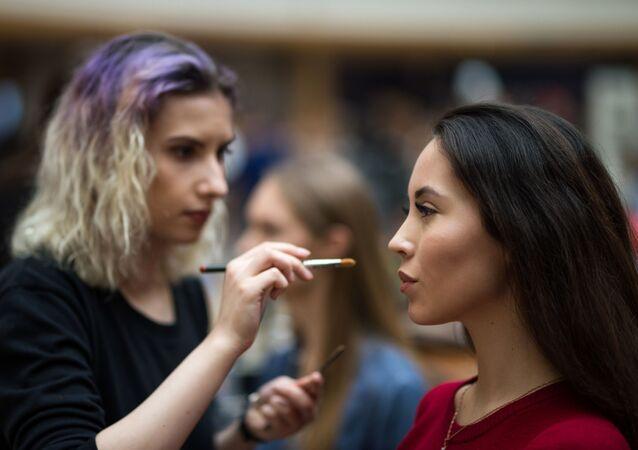 Yarışmacılara makyaj yapılarken.