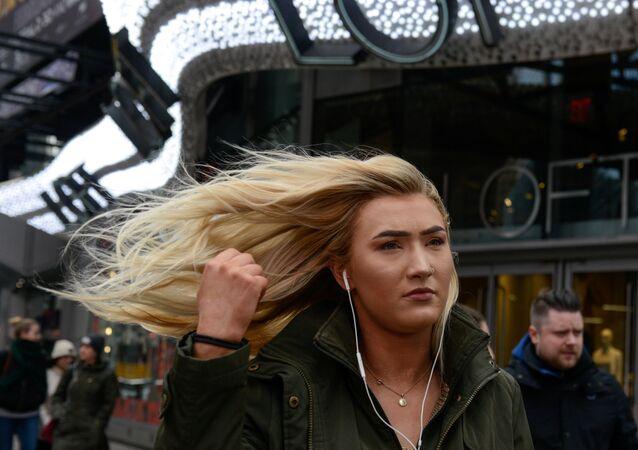 Times Meydanı'nda bir kadın