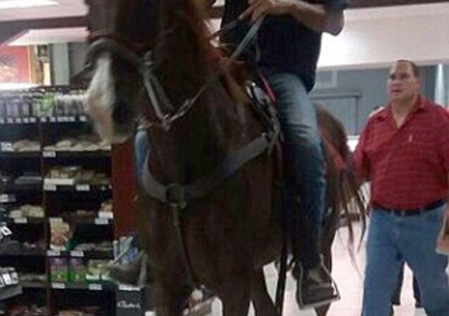 Süpermarkete atıyla girdi