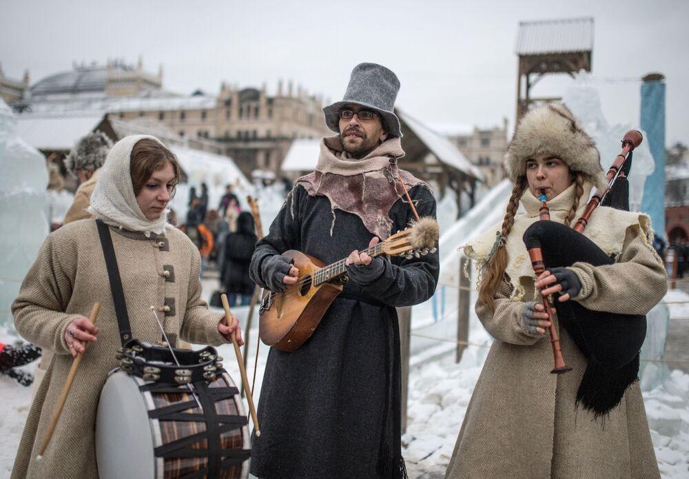 Festivalde halk şenlikleri gerçekleştiriliyor, sokak sanatçıları gösteri düzenliyor ve çok sayıda krep satışı yapılıyor.
