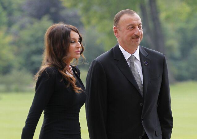 Azerbaycan Cumhurbaşkanı İlham Aliyev eşi Mehriban Aliyeva ile birlikte Londra'daki Buckingham Sarayı'nda.