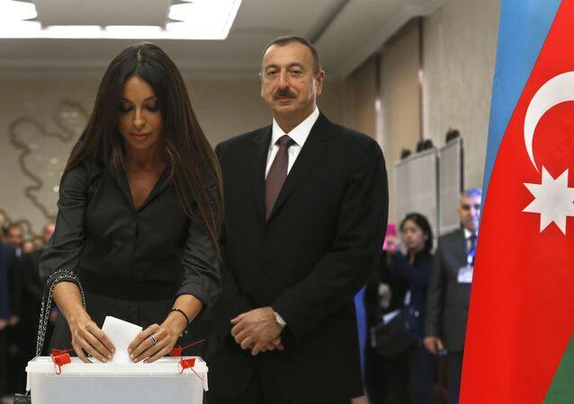 Azerbaycan Cumhurbaşkanı İlham Aliyev eşi Mehriban Aliyeva ile birlikte Bakü'deki seçim sandığında.