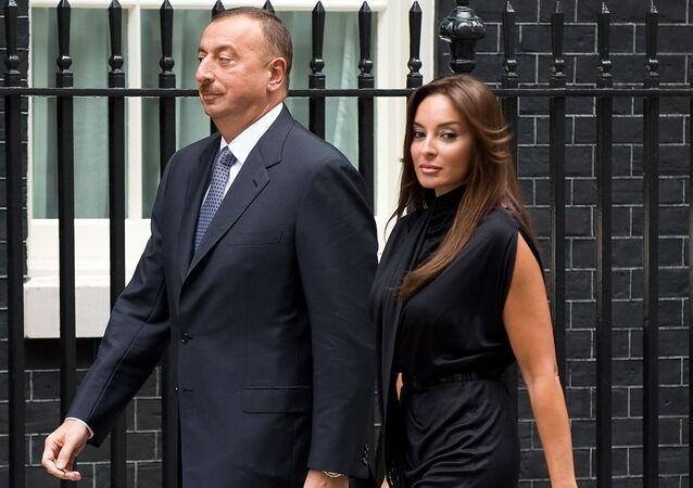 Azerbaycan Cumhurbaşkanı İlham Aliyev eşi Mehriban Aliyeva ile birlikte İngiltere'nin başkenti Londra'da dönemin İngiltere Başbakanı Gordon Brown'la görüşme öncesinde.