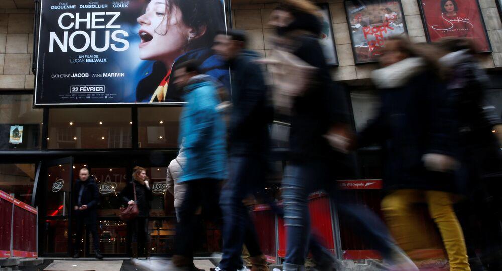 Fransa'nın Lille şehrinde bir sinema salonu önünde yürüyen insanlar