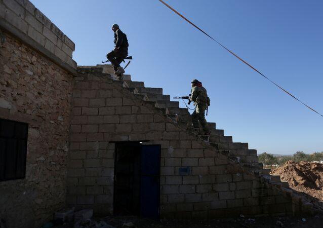 El Bab kasabası yakınlarındaki Suriyeli militanlar