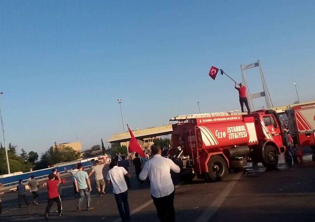 15 Temmuz darbe girişimi sonrası Boğaziçi Köprüsü'ndeki yurttaşlar