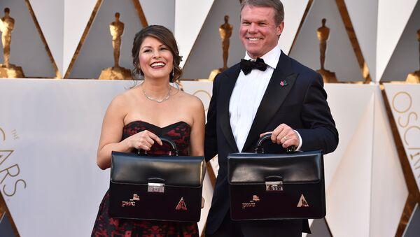 Brian Cullinan (sağda) ve Martha Ruiz bu seneki Oscar töreninde kazanan isimlerin yer aldığı zarflardan sorumluydu - Sputnik Türkiye