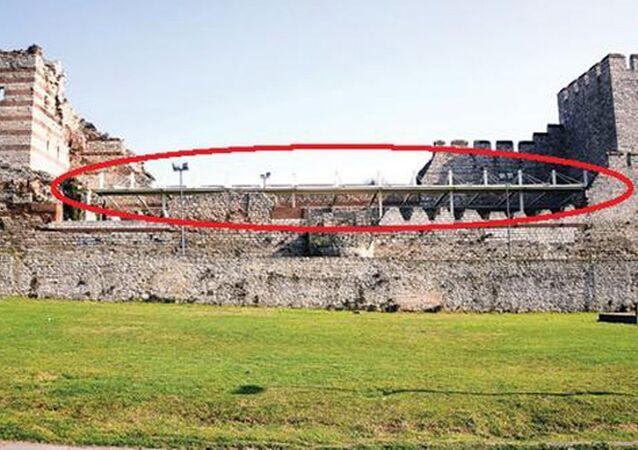 Fatih Belediyesi'nin tarihi surlara yaptığı açılıp kapanabilen çatı