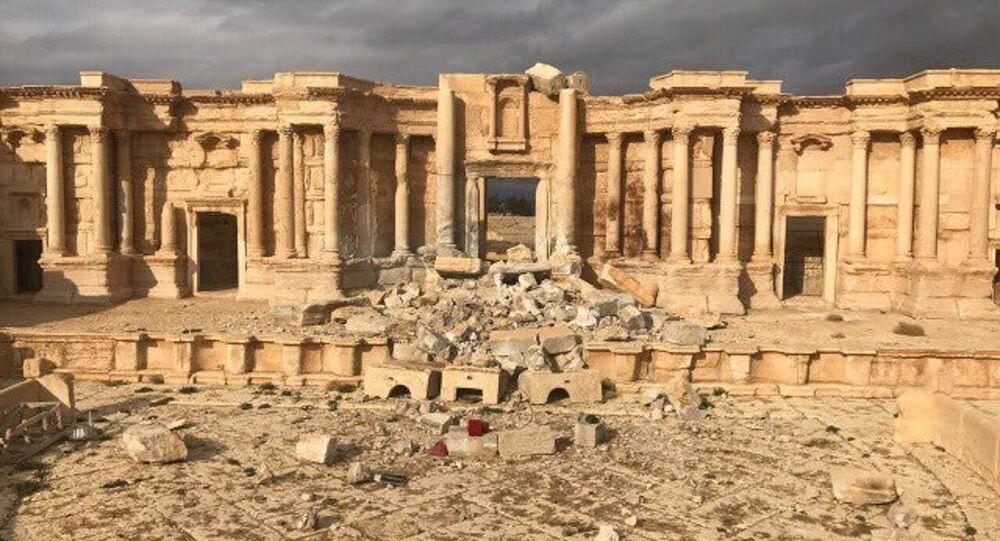 Palmira'daki amfi tiyatro sahnesinin bir kısmı teröristler tarafından yıkıldı.