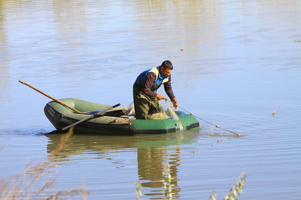 Baraj yapımı, bilinçsiz avlanma, tarımsal faaliyetler ve evsel atıklar gibi nedenlerle nehirdeki balık türleri tehlike altında.