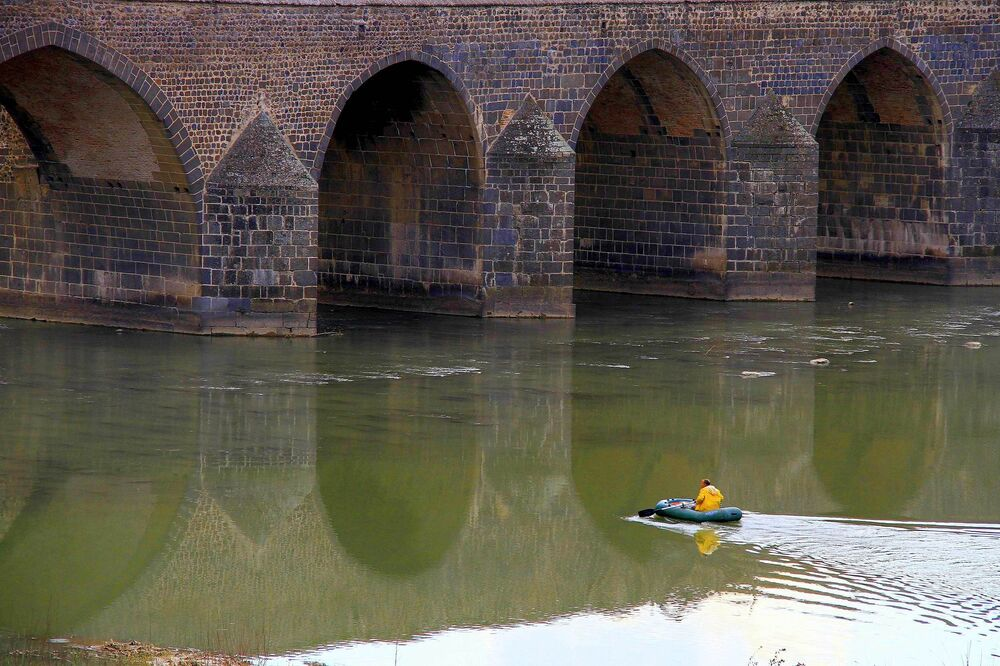 Suyun azalması nedeniyle kayık ile balık avlama da giderek azalarak yerini oltaya bırakıyor.
