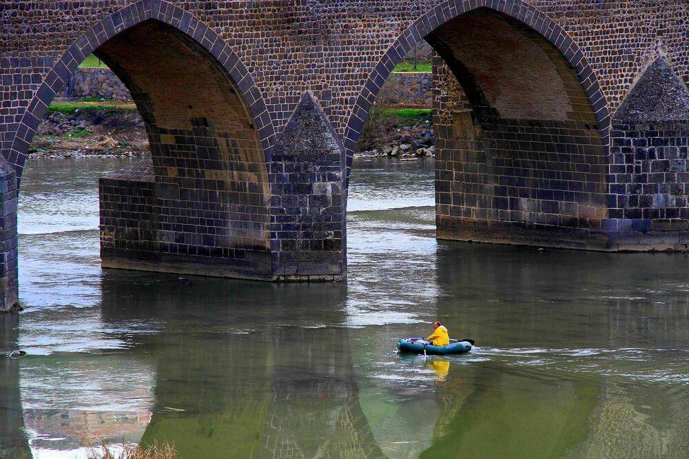 Romanlara, şiirlere konu olan ve tarihe tanıklık eden Dicle Nehri kimisi için bir ekmek kapısı.