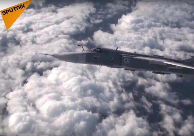 Rus savaş uçağı diğer bir uçağa gökte yakıt doldurdu