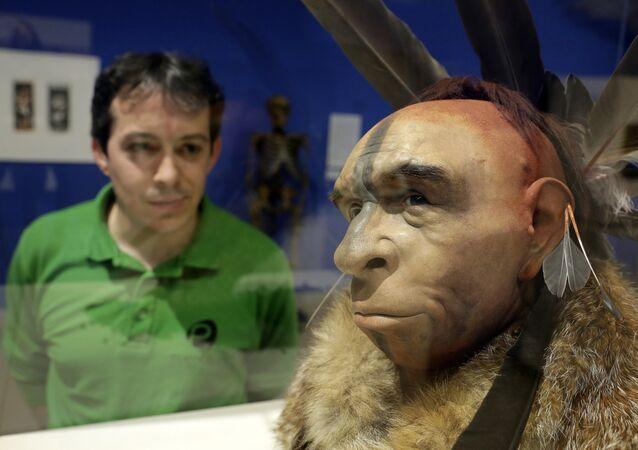 İspanya'daki bir müzede bulunan ve gerçeğine uygun hazırlanan Neandertal modelini inceleyen bir ziyaretçi