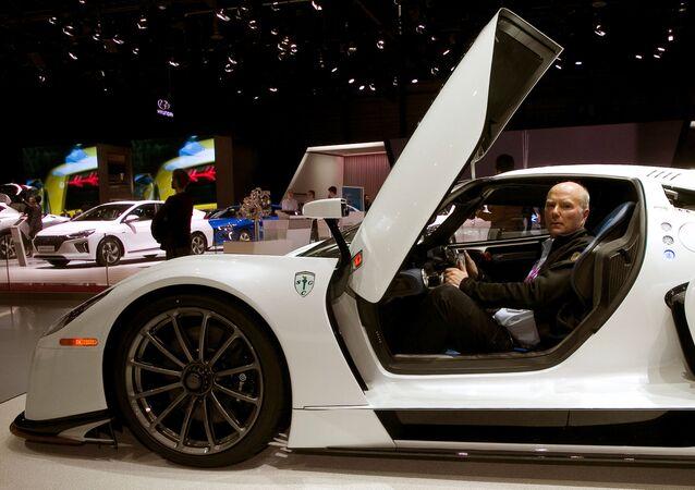 Araç koleksiyoncusu ve Scuderia Cameron Glickenhaus şirketinin başkanı James Glickenhaus, Cenevre'deki fuarda SCG 0003S spor arabasının yol versiyonunu sundu.