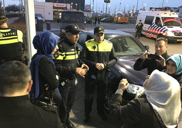 Hollanda polisi, Aile ve Sosyal Politikalar Bakanı Fatma Betül Sayan Kaya'nın konvoyunu durdurdu.