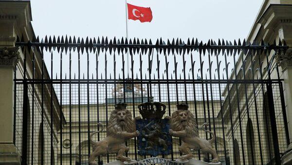 Hollanda Başkonsoloğu'na Türk bayrağı çekildi - Sputnik Türkiye