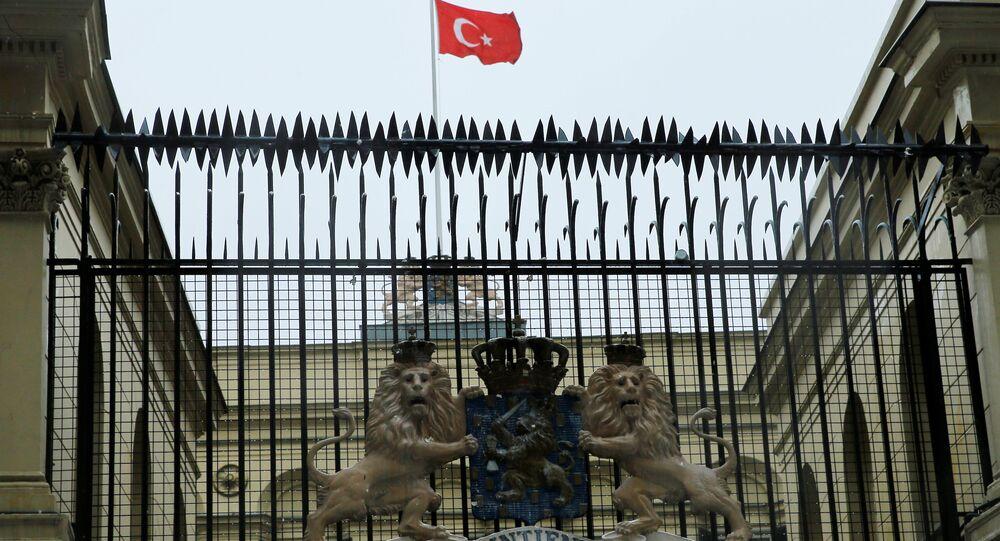 Hollanda Başkonsoloğu'na Türk bayrağı çekildi
