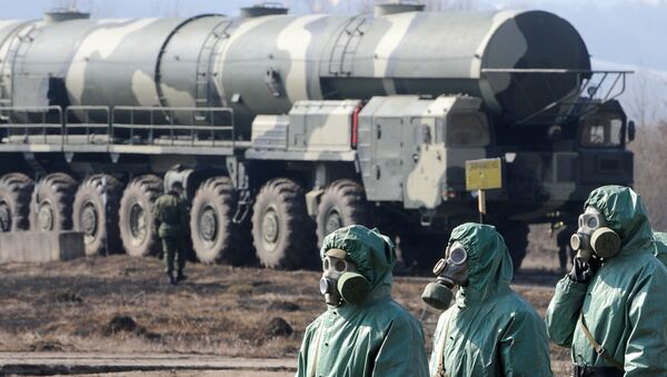 Bir askeri tesiste kimyasal koruma giysileri giyen askerler - Sputnik Türkiye