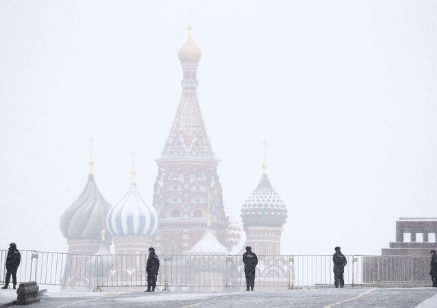 Moskova'daki Kızıl Meydan'da nöbet tutan Rus polisi