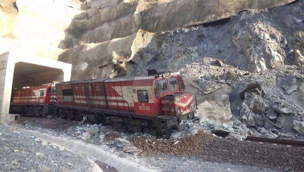Heyelan nedeniyle yük treni raydan çıktı - Sputnik Türkiye