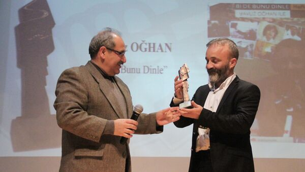 Yavuz Oğhan, ÇGD'nin 'En İyi Radyo Programı' ödülünü aldı - Sputnik Türkiye