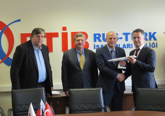 RTİB'den Sputnik'e yapılan açıklamada, Onur Air Genel Müdür Yardımcısı Orhan Sivrikaya ve şirketin Rusya Genel Müdürü Yunus Karaçukur'un RTİB Başkanı Karaaslan'ı ziyaret ettiği kaydedildi. A