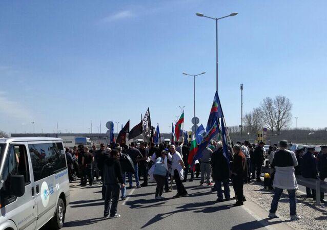 Bulgaristan'da bir grup, Malotırnovo Sınır Kapısı girişinde yol kesti