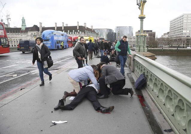 Londra'nın Westminster köprüsünde çok sayıda yaralı bulunuyor