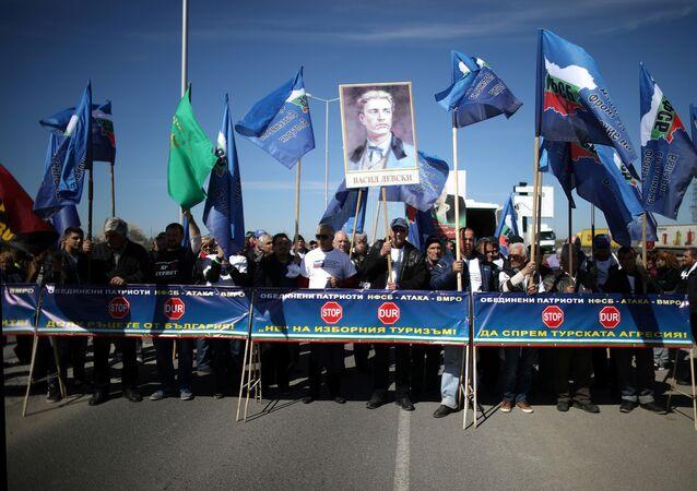 Türkiye'den Bulgaristan'a oy vermeye giden çifte vatandaşları protesto eden Bulgarlar