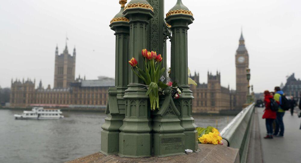 Londra'daki Westminster köprüsüne bırakılan çiçekler