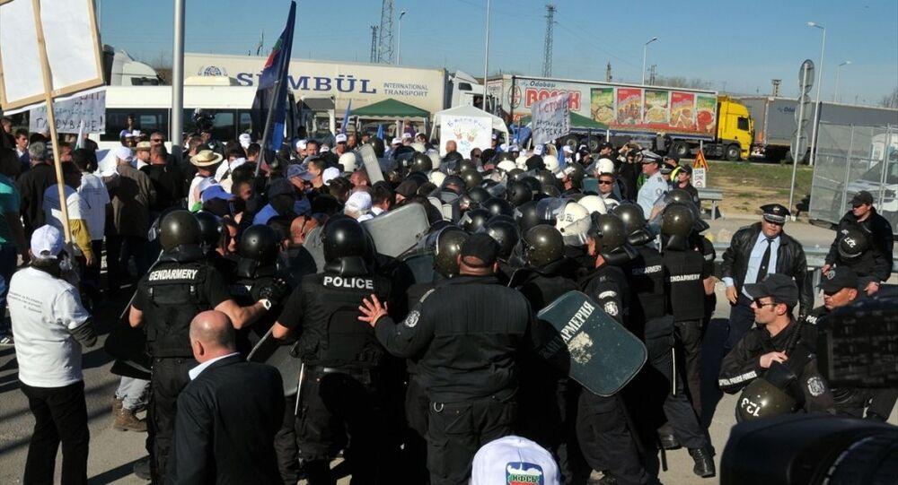 Bulgar polisinden Türkiye sınırını kapatan gruplara müdahale