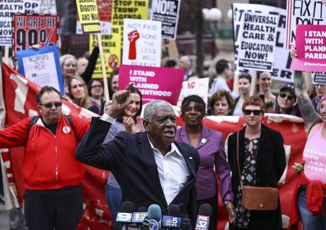 ABD'de Trump'ın yeni sağlık yasasını protesto etmek isteyen göstericiler, yasa geri çekilince kutlama yaptı.