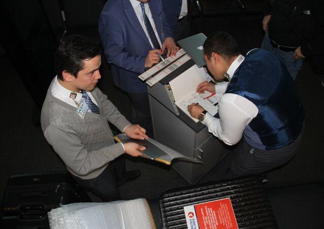 ABD ve İngiltere'ye giden THY yolcuları uçağa biniş sırasında elektronik cihazlarını, özel bir kutu içerisinde kargo kısmında taşınması için görevlilere teslim etti.